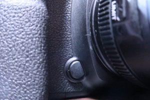 5D4の絞り込みボタン。右手にあって、手前に押し込む方式。ボタンも押しやすい硬さ